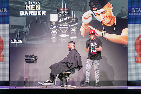 Nariko cria um look no palco do Congresso Barber Beauty Fair